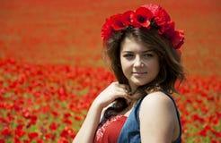 Giovane donna in Poppy Field fotografia stock libera da diritti