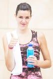 Giovane donna positiva di sport con la testa di legno. Immagini Stock