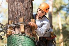 Giovane donna premurosa che controlla la corda Immagine Stock Libera da Diritti