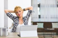 Giovane donna premurosa che fa una pausa per un allungamento Fotografia Stock