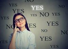 Giovane donna premurosa che opera una scelta di SÌ Immagini Stock Libere da Diritti