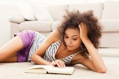 Giovane donna premurosa con il libro Fotografia Stock Libera da Diritti