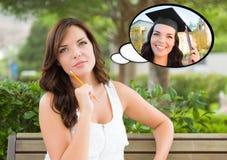 Giovane donna premurosa con se stessa come pensiero interno del laureato Immagini Stock