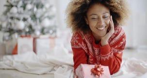 Giovane donna premurosa con un regalo di Natale video d archivio