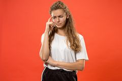 Giovane donna premurosa seria Concetto di dubbio fotografie stock