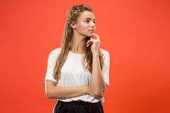 Giovane donna premurosa seria Concetto di dubbio immagine stock libera da diritti