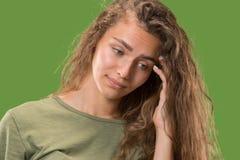 Giovane donna premurosa seria Concetto di dubbio fotografia stock libera da diritti