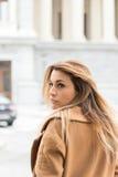 giovane donna premurosa sulla via fotografie stock libere da diritti