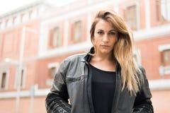 giovane donna premurosa sulla via fotografia stock