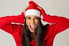 Giovane donna preoccupata in cappello del Babbo Natale che grida nello sforzo che esaurisce tempo per natale fotografie stock libere da diritti