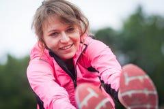 Giovane donna prima di correre Immagini Stock Libere da Diritti