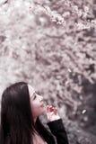 Giovane donna in primavera Fotografia Stock Libera da Diritti