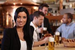 Giovane donna in pub Fotografia Stock