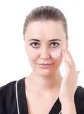 L'uso dei cosmetici per cura di pelle Fotografie Stock Libere da Diritti
