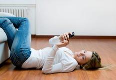 Giovane donna relaxed sul mobile Fotografia Stock Libera da Diritti