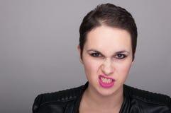 Giovane donna ribelle che sembra arrabbiata immagini stock libere da diritti