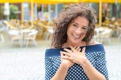 Giovane donna riconoscente con le sue mani al suo cuore fotografia stock