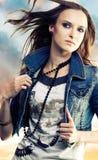 Giovane donna in rivestimento dei jeans Fotografie Stock Libere da Diritti