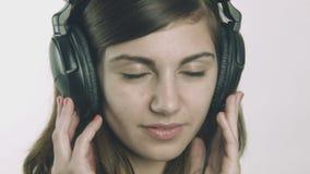 Giovane donna romantica che ascolta la musica sulle cuffie video d archivio