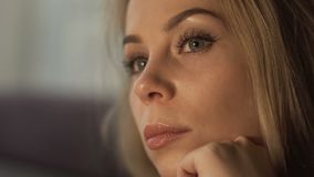 Giovane donna romantica del ritratto con capelli biondi e trucco perfetto archivi video
