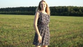 Giovane donna romantica di bellezza all'aperto Bella ragazza di modello in vestito sul campo al sole Giovane donna allegra a stock footage