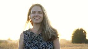 Giovane donna romantica di bellezza all'aperto Bella ragazza di modello in vestito sul campo al sole Giovane donna allegra a archivi video