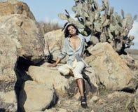 Giovane donna in savanna che cammina, sognare di bellezza, facente le note fotografia stock