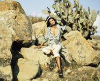 Giovane donna in savanna che cammina, sognare di bellezza, facente le note immagine stock libera da diritti