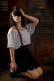 Giovane donna seducente che si inginocchia sul pavimento di legno Fotografie Stock Libere da Diritti