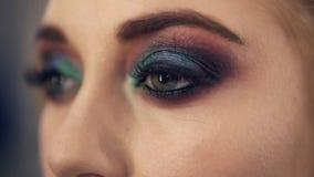 Giovane donna seducente con gli occhi verdi Aprala lentamente occhi Trucco fumoso professionale degli occhi Fine in su archivi video