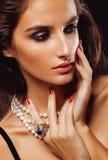 Giovane donna sencual di bellezza con la fine dei gioielli su Fotografia Stock Libera da Diritti