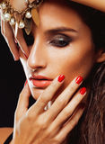 Giovane donna sencual di bellezza con la fine dei gioielli su Immagine Stock Libera da Diritti