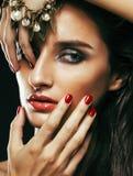Giovane donna sencual di bellezza con la fine dei gioielli su che posa o fotografia stock libera da diritti