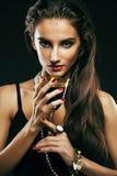 Giovane donna sencual di bellezza con la fine dei gioielli su che posa o fotografie stock