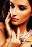 Giovane donna sencual di bellezza con la fine dei gioielli su, ritratto di lusso della ragazza reale ricca fotografia stock libera da diritti