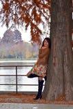 Giovane donna sensuale che attende nella sosta Fotografia Stock Libera da Diritti