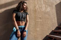Giovane donna sensuale che sta sulla scala Immagini Stock Libere da Diritti