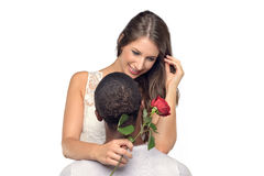 Giovane donna sentimentale che abbraccia il suo ragazzo Immagine Stock