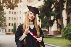 Giovane donna seria sul suo giorno di laurea Fotografia Stock