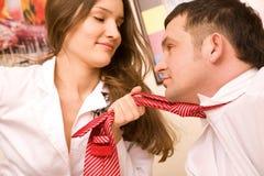 Giovane donna sessuale nella holding convenzionale del vestito in pugno Fotografia Stock