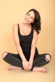 Giovane donna sexy attraente che indossa i jeans e la cima neri della maglia Fotografie Stock