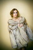 Giovane donna sexy attraente che porta una pelliccia che posa provocatorio dell'interno Ritratto della femmina sensuale con tagli Fotografie Stock Libere da Diritti