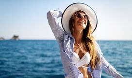 Giovane donna sexy in bikini che gode delle vacanze estive sulla spiaggia fotografia stock
