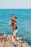 Giovane donna sexy in bikini con bei capelli lunghi sulla spiaggia Immagine Stock Libera da Diritti