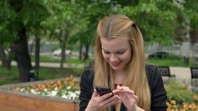 Giovane donna sexy che fa selfie il giorno di estate in parco Ragazza sorridente che fa selfie stock footage