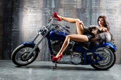 Giovane donna sexy che si siede sul motociclo. Fotografia Stock