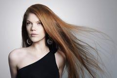 Giovane donna sexy con i capelli di rosso dello spargimento fotografie stock