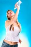 Giovane donna sexy con la bottiglia in maglietta bagnata Fotografia Stock