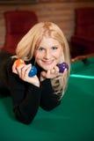 Giovane donna sexy con le sfere di biliardo Immagini Stock