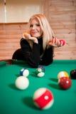 Giovane donna sexy con le sfere di biliardo Immagine Stock